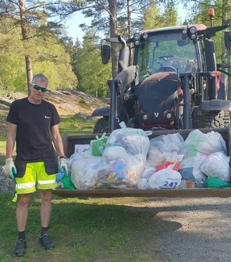 STOR RYDDEJOBB: I etterkant av den fantastiske sommerhelga ble det mye avfall å rydde opp for Finn Mathisen og de andre i kommunen.