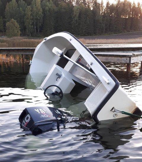 SYNKER: En båt er i ferd med å synke til bunns i Skjebergkilen.