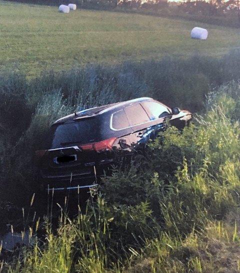 I BEKKEN: Denne bilen havnet i grøfta/bekken ved Haugeveien sent mandag kveld. Både fører og eventuelle passasjerer forsvant fra stedet. Rundt samme tidspunkt ble bilen meldt stjålet.