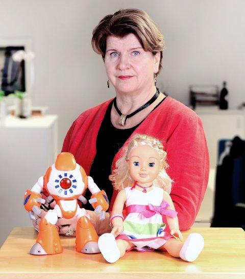 REAGERER: Randi Flesland, direktør i Forbrukerrådet, reagerer på den risikoen barn kan bli utsatt for ved lek med disse to dukkene.