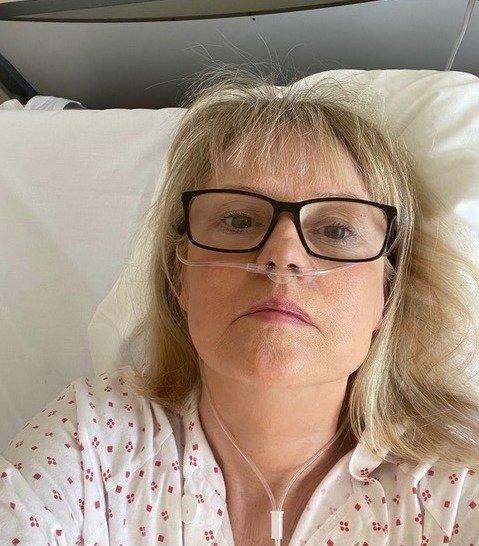 MÅTTE LEGGES INN: I to uker lå Lill Alver på Ahus etter at hun ble smittet av koronaviruset. – Om natten kom sykepleierne inn for å sjekke at vi pustet, forteller hun.