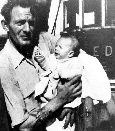 1956: Pappa Terje med sin par måneder gamle sønn Arne på armen. Foran styrhuset til Edna, et år før Peder Vinje ble bygd.