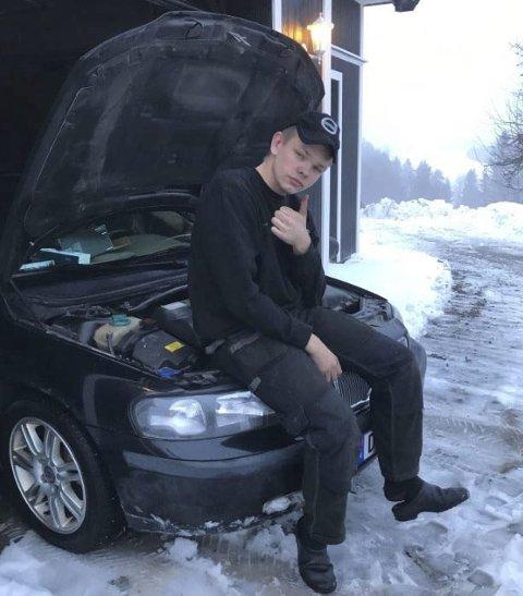 Lærling: Henrik Hauer fra Trøgstad er til sommeren klar til å gå på to år som bilmekanikerlærling. Foto: Privat