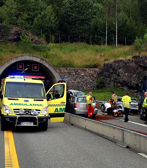 Det ble politiutrykning og lange køer torsdag ved 12.00-tiden, da to biler kolliderte i Bringåkertunnelen på E18.
