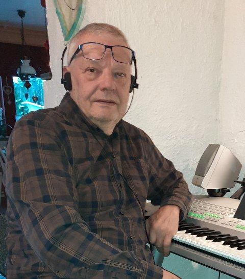 TONESKAPER: – Jeg lager rammene til musikken her ved orgelet. I studio skaper vi låter sammen av skissene mine, sier snåsningen Arve Inge Hjelde (72) som spiller inn musikk igjen. Det er 40 år siden sist.