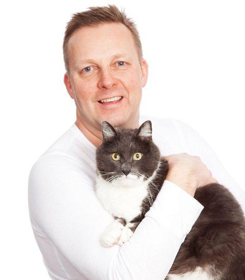 Veterinær Tor Kvinge ber husdyreiere om å ha rikelig med kaldt vann tilgjengelig i varmen.