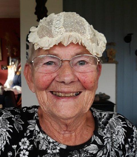 Her ser du Liv Kolaas med den 131 år gamle dåpslua på hovudet. Den blei for første gong brukt i 1889! (Foto: Privat).
