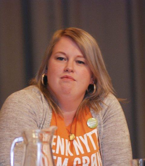 Leksehjelp: Flyktningekonsulent Anne-Birgith Mørkved i Flakstad trenger leksehjelp og språkpartnere til flyktninger og arbeidsinnvandrere.