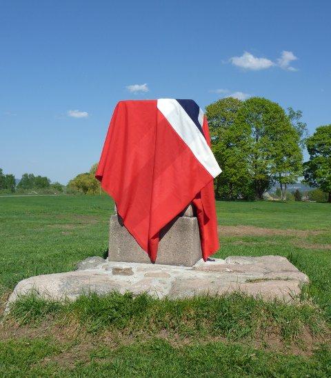 MERIDIANSTØTTEN: Lørdag 2. juni skal dette nyrestaurerte minnesmerket avdukes på Ekbergsletta, like sør for Ekeberg Camping. Støtten ble satt opp i 1864. Foto: Privat