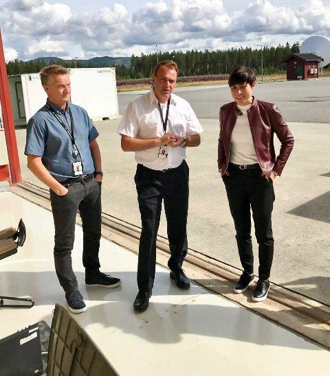 Bård Risøy og Trygve A. Salvesen fikk gode nyheter av forsvarminister Ine Marie Eriksen Søreide (H). Nå blir det penger til utbygging på Eggemoen.