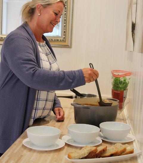 THAISUPPE: Anja Kløvstad  disker opp med Thaisuppe hvor noen av ingrediensene er kylling, koriander og glassnudler.