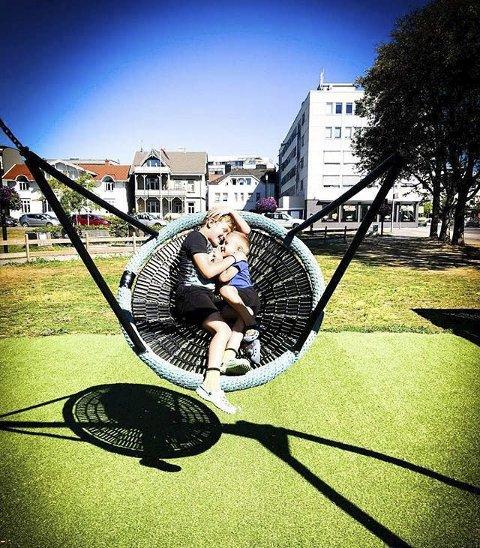 Søskenkjærlighet: Karina Walseth Hansen er fotografen bak et flott bilde av barna.