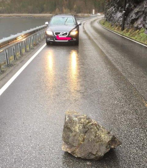 FLAKS: Hellet var med de som passerte gjennom Kvamskleiva fredag kveld, og ingen ble truffet av steinen som raste ut i veibanen.