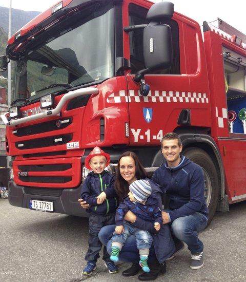 Open dag: Vegard Bratteteig Lauritsen og Renate Tokheim, med barna Espen (3) og Jonas (1) stilte opp på open dag ved Odda brannstasjon hausten 2014. Foto: Karine Einang