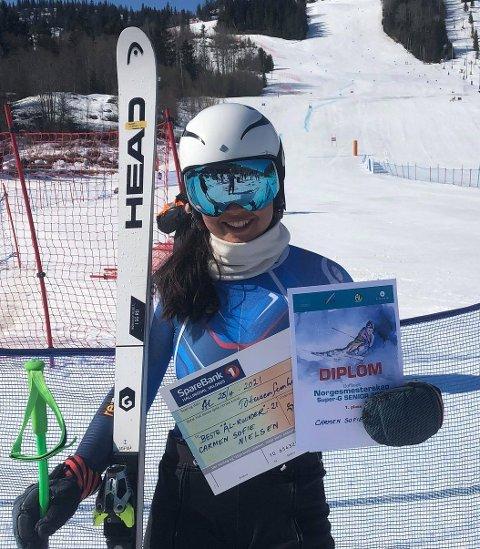 NORGESMESTER: Carmen Sofie Nielssen kunne smile etter å ha vunnet NM-gullet i super-G i Ål. FOTO: PRIVAT