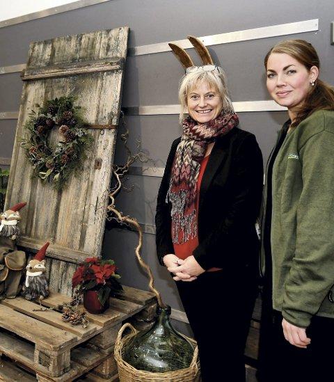 Julepynt: Tove Myhren, senterleder, har skaffet rekvisitter og Sonja Kveom, butikkleder på Mester Grønn, har stått for stylingen av julepynten inne på Amfi Otta.
