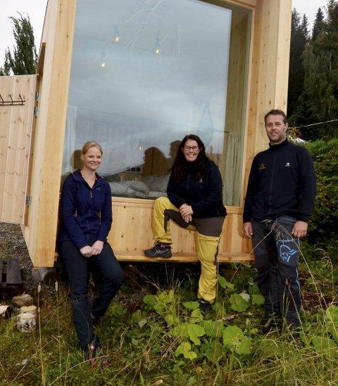Prototyp: Fv Live Brimi (prosjektleder i Ottaddalen massivtre) Marita Aanekre og Eskil Hovland foran prototypen på det flyttbare hotellrommet.