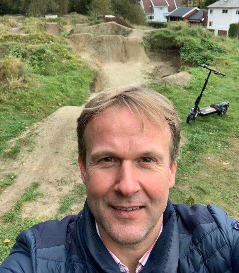 Erlend Kristensen mener det vil være leit om kommunen sier fra seg 3,8 millioner kroner fra Bymiljøpakken for lyslegging og sykkelvei til pumptrackbanen i Sandvedparken.