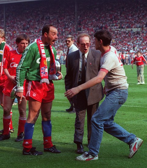 TIL TELEMARK: Lørdag kommer Liverpool-legenden Bruce Grobbelaar til Kragerø. Her fra FA-cupfinalen mot Everton i 1989.  Foto: AP Photo/Tony White