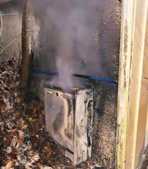BRANN: Sikringsskapet var i full brann da brannvesenet ankom kiosken.