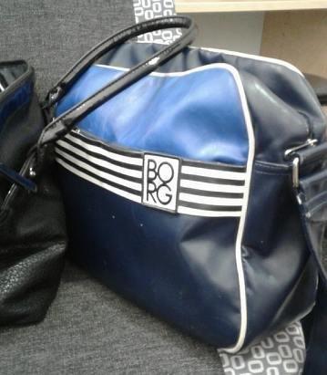 BLÅ BAG: Mannen hadde noen penger på seg, men det aller meste ble funnet i denne blå bagen.