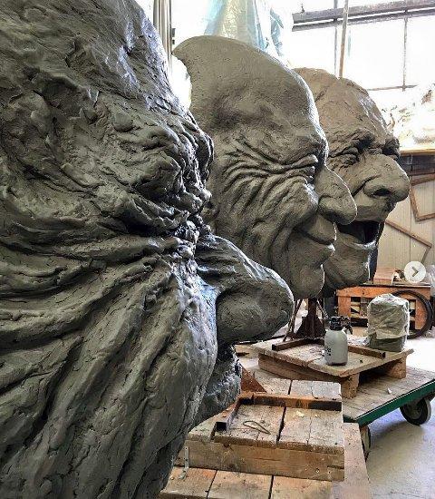 Smilefjes. Bronseskulpturene «Smilende kunst» skal plasseres i vannet på Sjøbadet. Siste finpuss på leirehodene og klargjøring på støperiet i Italia.