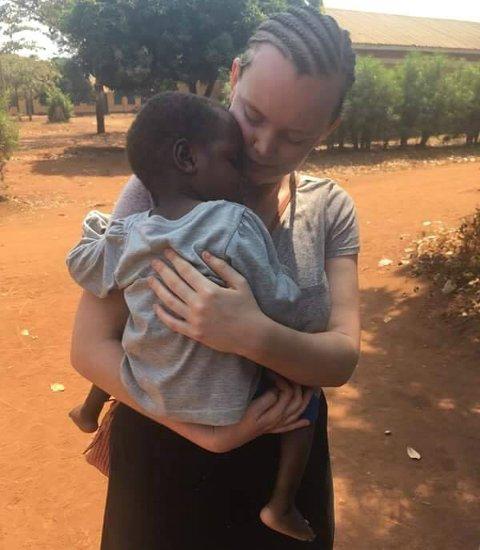 HJELPER BARN: Nora er midlertidig direktør på et barnehjem i Uganda, der 17 barn bor. De fleste er mellom 0-3 år.