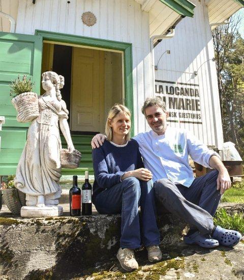 Ønsker velkommen: Kristin Njaa Eriksen og Giovanni Baglioni serverer italienske godsaker i La locanda di Marie. Gjestehuset ligger midt på Sandøya.Foto: Mette Urdahl