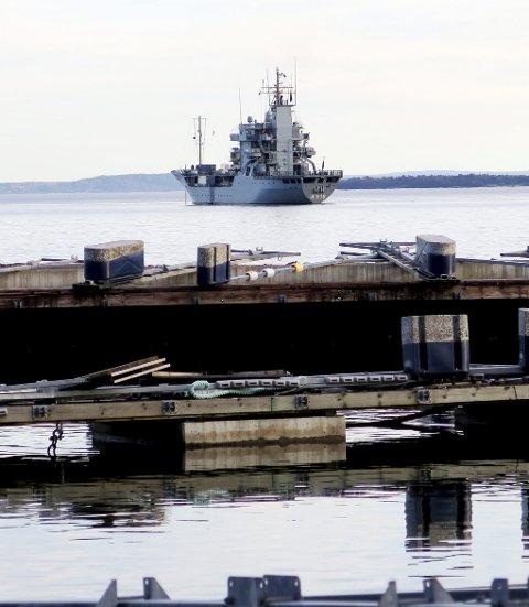 NATO-ledelsesskip: Det vel 100 meter lange FGS Donau A516, for stående minerydderstyrke, besøker sjøterritorium i Holmestrand, 5-600 meter utenfor Snekkestad. Her fotografert tirsdag formiddag tett på Våle båthavn. Foto: Trygve Eriksen