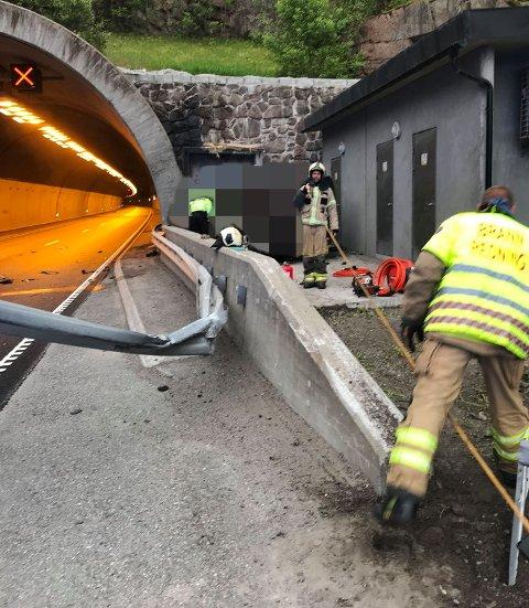 RYKKET UT: Mannskaper fra Vestfold Interkommunale Brannvesen samarbeidet med ambulansepersonell for å få den hardt skadde sjåføren ut av bilen etter kollisjonen med tunnelveggen.