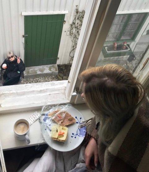 LUNSJ: Selv om man er i karantene, kan man likevel holde sammen. Her har Naomi og Ida lunsj, og kaffepause sammen.