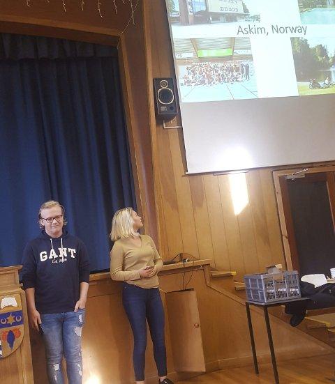 FOREDRAG: Emil Vesleng Hansen og Ida Garsegg Hansen holdt en presentasjon for leir-deltagere fra fire andre land om Askim og ungdomsarbeidet her – med hovedvekt på psykisk helse. privat foto