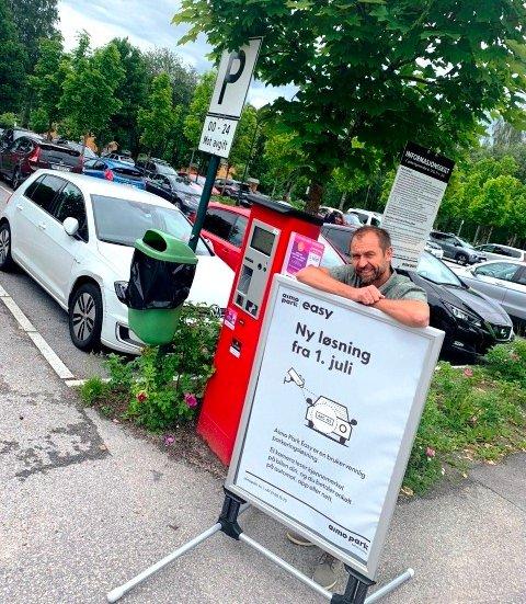 SKILT PÅ PLASS: Kommunikasjonssjef ved Sykehuset Telemark, Lars Kittilsen, får et av skiltene på plass som melder om ny parkeringsløsning.
