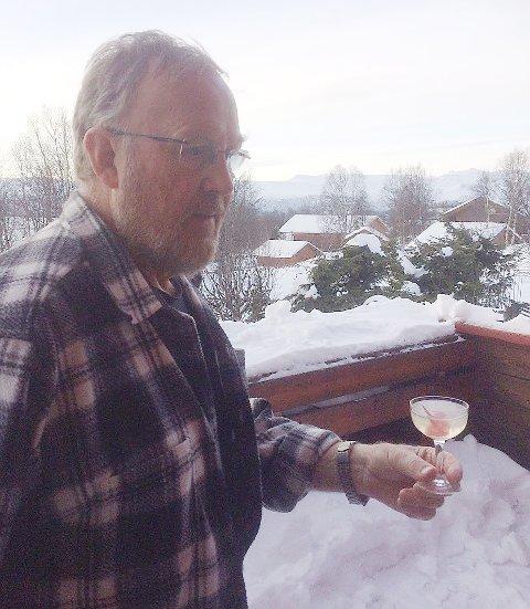 Henning Knutsen, bosatt på Beitostølen, lagde en drink med akevitt allerede i 1965.