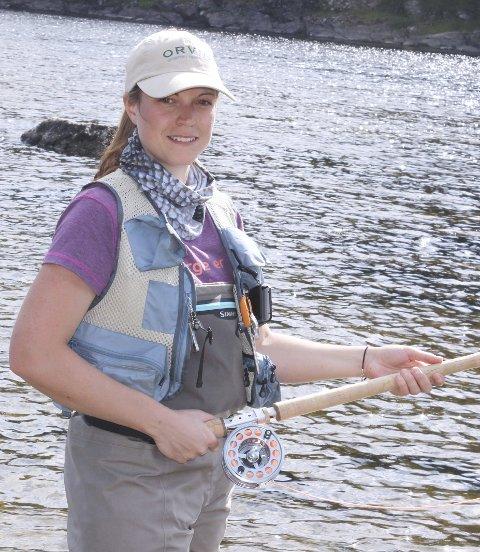 Dyktig fluefisker: Stine Nielsen (33) fra Åmot, bor i Hokksund. Hun er en dyktig fluefisker. Å kaste og treffe presist – det krever øvelse.