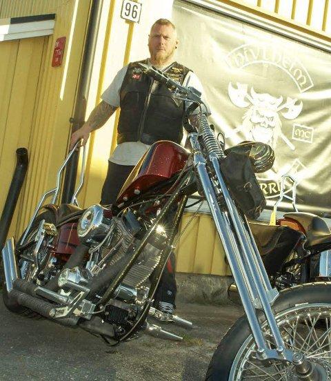 Et smykke: President Thomas Ragnøy bak sin selvbygde Harley-Davidson, som snart er klar for å vises på show rundt omkring.