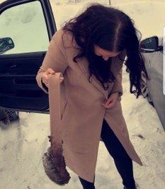 LO GODT: Venninnene og Line Nerhagen lo godt da de så hvorfor hun var så sidetung etter at en stor isklump hang i beltet da de kom fram til Sälen.