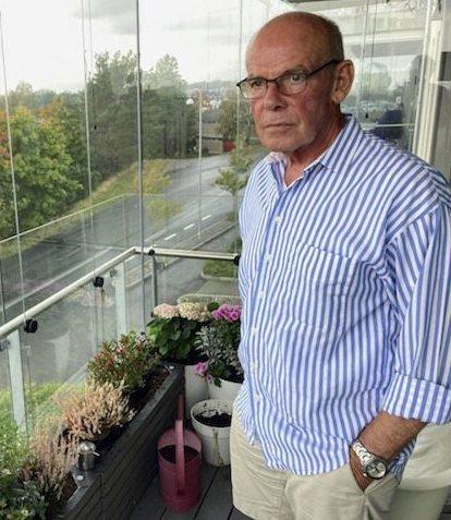 Karl Moursund liker å stelle i hagen, men i blokkleiligheten på Bryggerifjellet er det bare plass til et lite drivhus på verandaen.