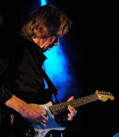 SELVSKREVEN GJEST: Bjørn «Krisa» Kristiansen spilte selvfølgelig under Jan Groths  60-årslag og releaseparty for plata «Bridges Or Walls» på City Scene i Fredrikstad i 2006.