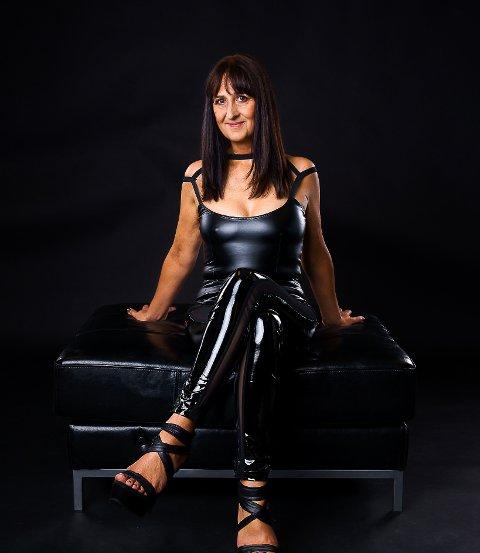 FREKKE KLÆR: Solveig Aadland stiller gjerne opp som modell selv for klærne hun selger.