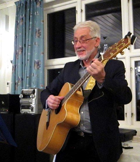 Jacob Sande sjølv brukte lutt, men gitaren til Toralf fungerte godt som tonefylgje under allsongen.