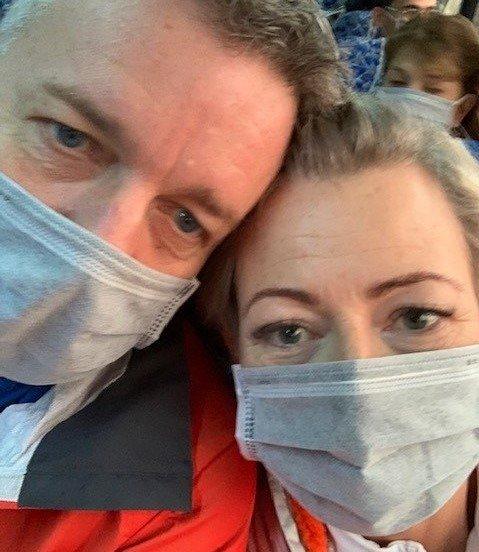 BESKYTTET SEG: Nesten alle brukte munnbind i Vietnam. Det gjorde også Erik Engelien og kona Hilde, på sin reise dit..