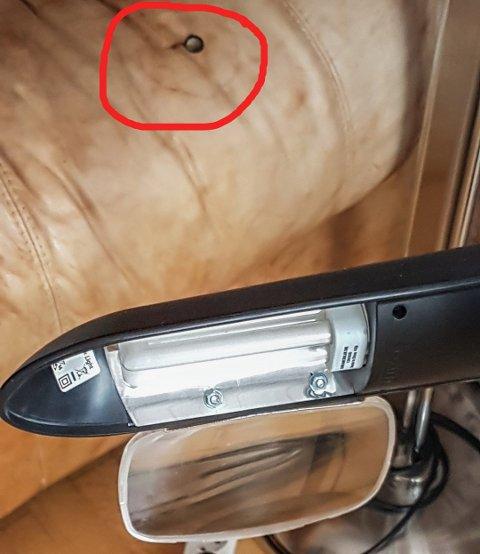 SVIDDE HULL: Sofaen tok nesten fyr da sola skinte gjennom forstørrelsesglasset. Legg merke til svihullet i skinnet. Foto: Privat