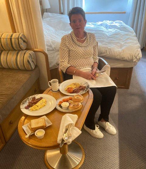 Holdes adskilt: Lene Bjørlo (59) og mannen har blitt nødt til å holde seg inne på deres lugar siden tirsdagskveld: - Vi har det fint etter forholdene, og nå har vi fått servert vår frokostbestilling, sier hun.