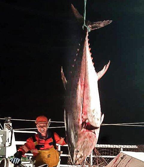 BLID KAR: Jostein Hillersøy med ei av makrellstørjene