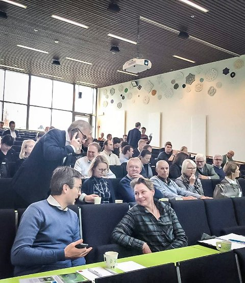 """POPULÆRT SEMINAR: Slik så det ut da seminaret """"Biotown Kongsvinger: Skogen inn i fremtiden"""" ble arrangert for to år siden. I år må de fleste tilhørerne følge foredragene via nettet."""