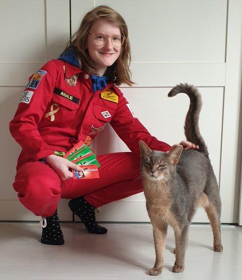 RUSSEKORT: Amalie Lund (18) hadde ingen planer om festing, rulling eller landstreff. Hun hadde kun planer om å levere så mange russekort som mulig til barna. Det vil hun opprettholde selv om russetiden er avlyst for mange.