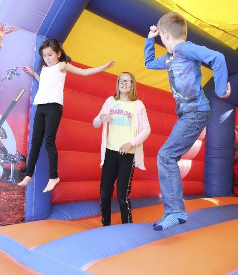 Høytsvevende: Selma Amir (8) (t.v.), Anna Cathrine Hildonen (11) og Daniel Basma (11) får ut litt energi i hoppeslottet.alle foto:  kristine marie nordal