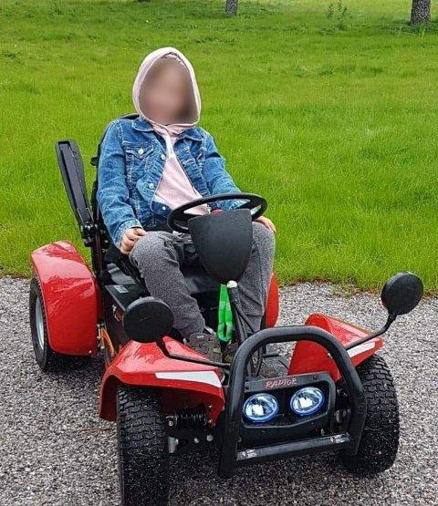 DÅRLIG OPPLEVELSE: Tiåringen returnerte hjem etter at hun skal ha blitt kjeftet ned av en bilist for å bruke for lang tid over gangfeltet, samt for å kjøre sin elektriske rullestol av typen Raptor på fortauet.