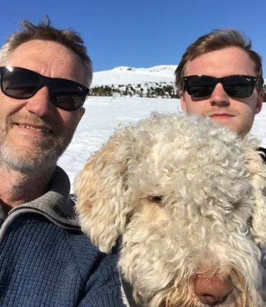 TRIVES PÅ TUR: - Jeg er veldig glad i å være ute, sier Kai Solberg, her sammen med sønnen Martin (24) og hunden Lykke.